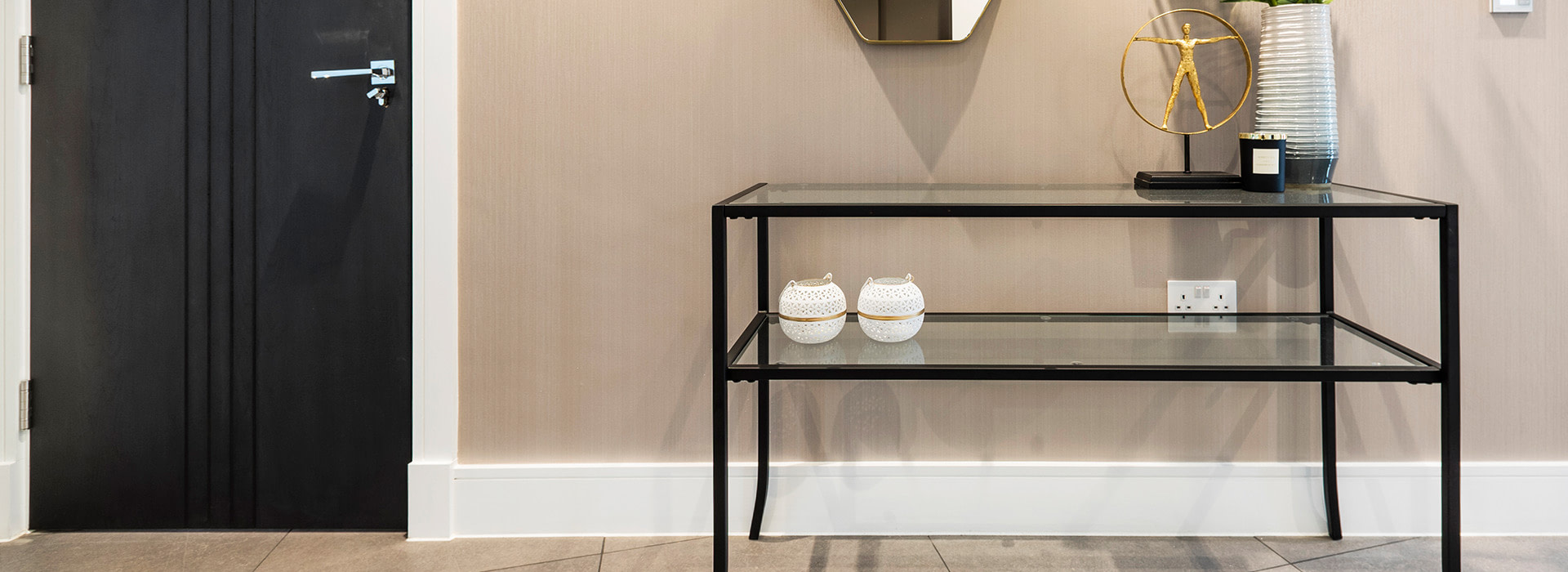 Stylish side table with mirror